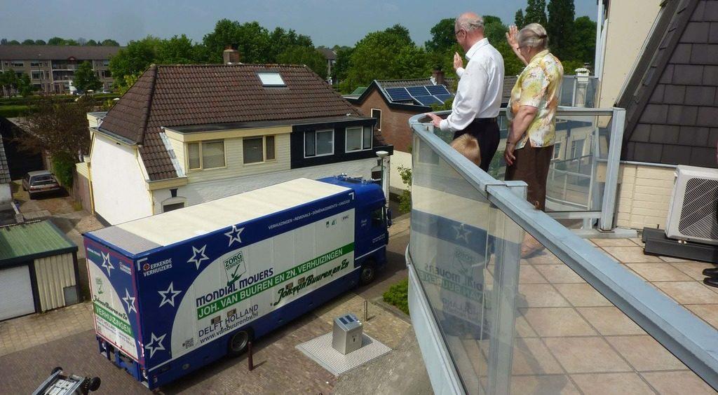 senioren op balkon tijdens verhuizing