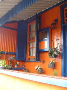 Vel gekleurd huis met voorgevel in kleuren blauw en oranje