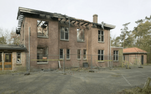 Vervallen voorgevel van een huis
